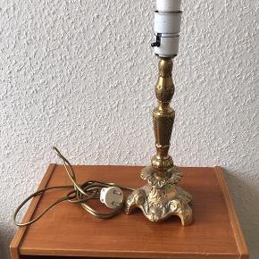 Messinglampe inkl. skærm. Smuk lampe i messing som virker fint, skærmen der medfølger bærer dog spor af alderdom.