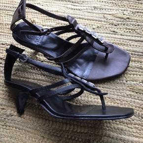 Sælger disse fine sandaler fra Adax i kalveskind - et par sorte og et par brune. Pris pr par kr 200