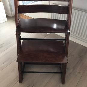 Stokke højstol - ældre model med tilhørende bøjle  Fungerer fint, men har slid selvfølgelig efter flittig brug