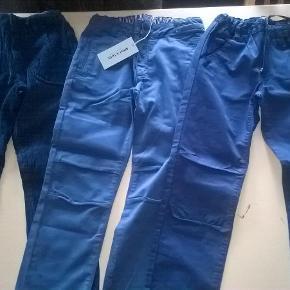 Varetype: Fede *NYE* bukser :-) Farve: Blå  3 fine par bukser fra Mini A Ture, alle i str. 134 cm  1) MAT buks i fløjl, brugt og vasket 2 gange - 150 pp Indvendig benlængde: 61 cm  2) SOLGT  3) SOLGT  Desværre ingen bytte :-)