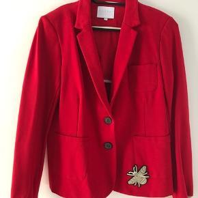 Klassisk Rød blazer i strech kvalitet med fine ribkanter på ærmerne. Den har kun været på ca 2 timer og er nyrenset - rød klæder mig bare ikke!  Gør et kun med den klassiske jakke, hvis du er til rød❤️