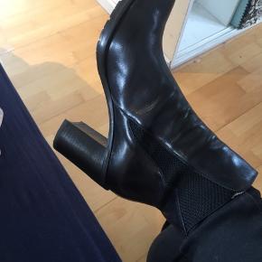 Flotte støvler i blødt skind str. 40 🖤 Kraftig hæl og elastik i siderne. Super fede!  Brugt få gange  Skokasse haves ikke   🌸 Se mine andre annoncer og få mængderabat 🌸   #30dayssellout