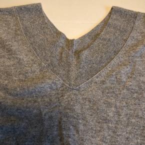 Lækker sweater i 100% cashmere - aldrig brugt. Bm ca. 2x68 cm Hel længde ca 75 cm Er sådan oversize/plussize. Bytter ikke
