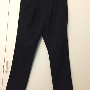 Varetype: Bukser Farve: Sort Prisen angivet er inklusiv forsendelse.  Fine bukser med lynlås i siden og læg foran.  Liv vidde er ca 80 cm        Bytter ikke