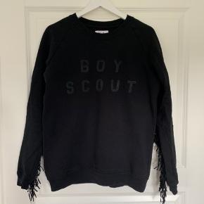 Rigtig fin sweatshirt fra Zoe Karssen med frynser/flæser. Den fejler intet. Sig endelig til hvis flere billeder ønskes.