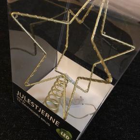 Fin julestjerne i guld med lys som ikke er brugt og stadig i indpakning. Sender med dao