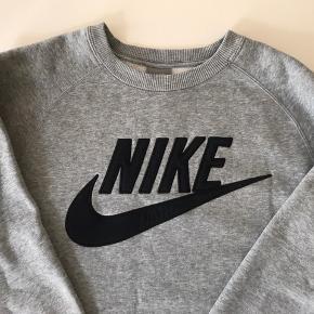 Sweatshirt fra Nike Nypris: 500,- Prisen er fast, så forvent ikke at få et svar hvis der bydes under. Skriv gerne ved spørgsmål til varen 🙂