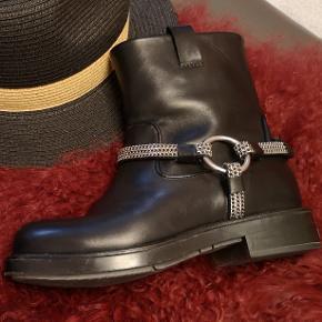 Seje Karl Lagerfeld chain biker boots. Ægte læder. Næsten som ny.