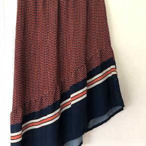 Lækker nederdel i let stof. Elastik i talje og underskørt i øverste halvdel. Længde 81 cm/54 cm.  Mørkeblå Stig P bluse i str. 38 kan sælges med til selvstændig pris,