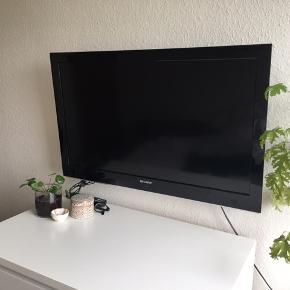 """Sharp fladskærm 32"""" sælges pga flytning.  Vægophæng medfølger ikke"""