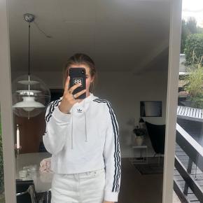 Fin lidt Croped adidas hoodie
