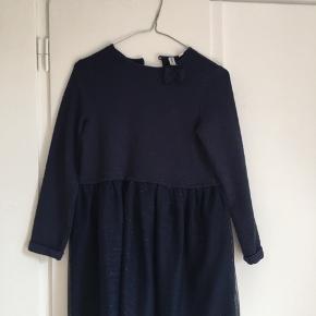 Jeg sælger en mørkeblå kjole med skørt fra friboo, str 11-12 år. Næsten som ny.