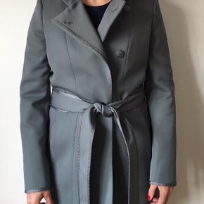 Smuk stilet forårs/sommer frakke i en støvet mintgrøn farve. Lækker kvalitet og flot åben som lukket