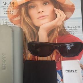"""Jeg sælger disse smukke, tidsløse DKNY solbriller for min mor. Hun kan ikke huske præcist hvornår de er købt, mener det er et par år siden, dog er de aldrig nogensinde blevet brugt, derfor er de helt som nye uden nogen brugsspor. Da de alligevel ikke lige var hende, sælges de nu, da det er super ærgerligt sådan et par lækre designer solbriller ikke bliver brugt!😊😉  Som man kan se på billedet, følger det originale DKNY etui med + pudseklud og lille tilhørende DKNY """"brochure"""".  Kvitteringen har hun ikke haft gemt men de er 100% ægte. Jeg tænker at man formentlig kan ringe til en DKNY butik og få dem verificeret, det vil jeg gerne prøve at gøre i tilfælde af, at der er interesse for solbrillerne 😄👍🏻  Nyprisen mener min mor har ligget på et sted mellem 1400-2000 kr.   Solbrillerne er så flotte og klassiske, farven er en meget mørke blå farve, nærmest ovre i det sorte vil jeg bedømme den til at være samt med DKNY logo på siden af stængerne hvor der er en blålig stribe - så smarte! ✨✨  Hvis de skal sendes, betaler køber fragt.   Mvh Betina Thy"""