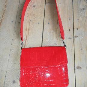 Sægler min rigtig fede røde hvisk taske. Er i  rigtig god stand, men har lidt slid på den ene kant, som kan ses på billed nummer to. Det er med den korte rem. Skriv pb for billeder Mp er omkring 275, men er åben for bud:)