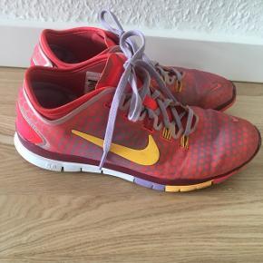 Nike fitness sko str. 40. Brugt lidt, men fortsat ganske fine. Nypris 1000kr
