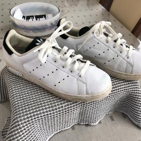 FINESTE hvide sko - str. 42  Meget lidt brugt - kun få brugsspor - ingen slid mm  Indvendig mål 26,5 cm  Fra rørfrit hjem - ingen husdyr  Porto kr. 35,00 GLS m/kvittering