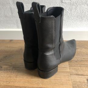 """Cool Zara støvler i sort læder sælges. Brugt få gange. Sat som """"god men brugt"""" da der er brugsspor under sålen. Fremstår i fin stand. Nypris 800 kr."""