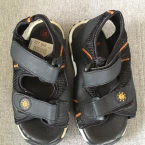 Nye sandaler fra Skoringen i str 30 ny pris 199,95 kr er aldrig taget i brug.  Se billeder. Kan afhentes eller sendes på købers regning.   Giv et bud og tag evt også et kig på mine andre annoncer .