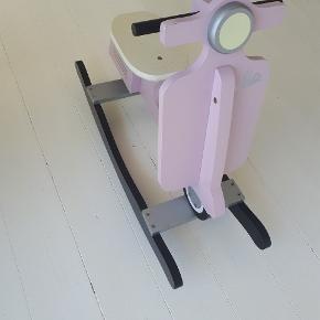 Så sød gynge'hest', som ligner en lille Vespa scooter. I den meget gode ende af gmb.