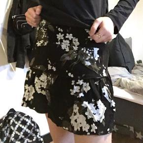 Blomstret nederdel, købt i Nielsen.Brugt 1 gang, fejler intet. BYD!