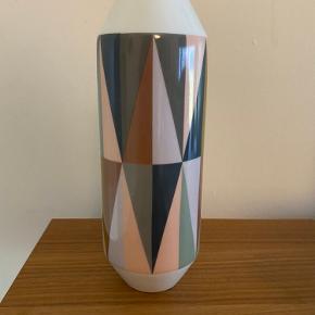 Rigtig fine vase - der en lille sprække i vasen, men det lægger man ikke mærke til medmindre man står meget tæt på