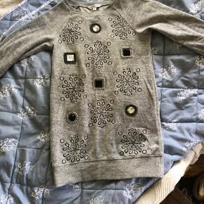 Sælger denne fine designer bluse/ korte kjole . Den er brugt men stadig i rigtig god stand. Der er gået en tråd på en af de fine ting der syet på, billede er tilføjet men det har ingen betydning.   Køber man gennem ts, betaler man selv ts gebyr.  Sender forsikret gennem dao