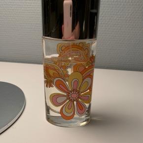 """Clinique """"Happy summer spray"""" parfume sælges. 100 ml flaske (hvoraf ca 10 ml er brugt). Skal varen sendes, betaler køber fragten."""