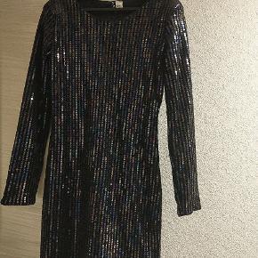 Fin palliet kjole med skulder puder og dobbelt lag. Brugt 1 gang :)