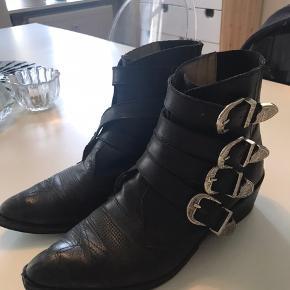 De smukke og populære Toga Pulla støvler med justerbare spænder. Sælges kun hvis rette bud kommer