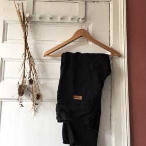 Smarte jeans fra Wrangler i god kvalitet afklippet forneden.