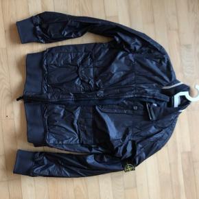 Super fed udgået Stone Island jakke i en lille str XL. Den er knap nok blevet brugt.