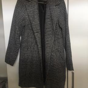 Jakke fra IMITZ. Kan desværre ikke passe den længere, derfor sælges den.   Søgeord: ternet, frakke, grå, sort, varm