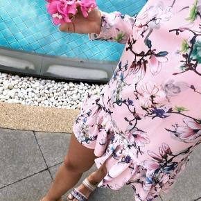 Virkelig smuk kjole fra Sara Storm. Lille i størrelsen.  Brugt en enkel dag.