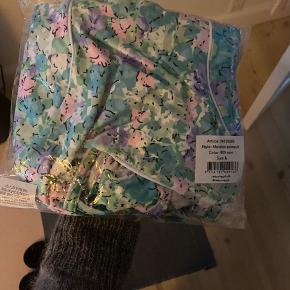 Smuk mint farvet badedragt med rosa/lilla blomsterprint fra Résumé. Badedragten har regulerbare stropper, dyb rygudskæring samt rund hals, har stadigvæk pris og plastik-beskyttelse i i bunden af dragten. Kommer fra et ikke ryger og ikke dyre hjem.  Mål: Bryst omkreds: 80 cm (kan strækkes)  Længde fra skulder: 52 cm (kan reguleres i stropper)  Respekter venligst at jeg ikke bytter og køber betaler porto samt gebyr ved tspay.