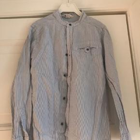 Fineste stribede skjorte fra H&M  Brugt nogle gange men absolut  i fin stand.