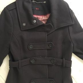 Flot brun 100% uld jakke med fint rosa foer fra BZR. Brugt enkelte gange gennem en sæson. Fin stand. Den er købt i str 42, men jeg synes også at den passer str. 40-42.  Kan afhentes i Valby (København).