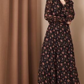Smuk smuk kjole fra Second Female. Sort med blomster i Rosa nuancer med små guldprikker 🌸 Brugt få gange - så fremstår ny.
