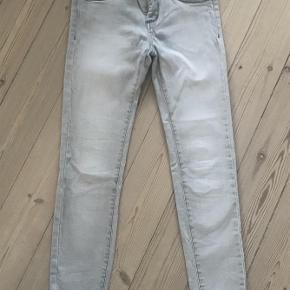 Varetype: jeans Farve: lys grå  Der er gået 2 bælte stropper, som er syet på