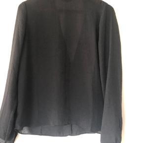 Fin sort skjorte med halv åben ryg i trekantsform.  S/M kan passe den ☺️ Været på 2 gange - så nærmest ny