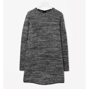 COS knitted dress with leather trim. Kjole/ sweater i ren varm uld med læderkanter i halsen og nederst.