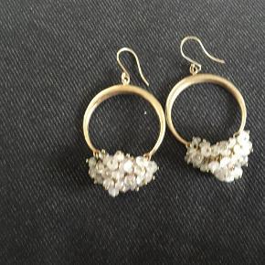 Varetype: Øreringe Størrelse: Alm Farve: Forgyldt  Billede 1-2: Forgyldte øreringe med rosa quartz - længde ca.6.5 cm - 600 kr Billede 3-4: Forgyldte øreringe med zirkon - længde ca.4 cm - 500 kr (De har ligget i et smykkeskrin, men den ene er desværre blevet lidt mørk, men det kan nemt pudses)  ALDRIG BRUGT - BYTTER IKKE  Generelt: Hvis I ønsker mine ting sendt som forsikret pakke og/eller i boblekuvert/æske, så oplys venligst dette, så det kan lægges oveni prisen.