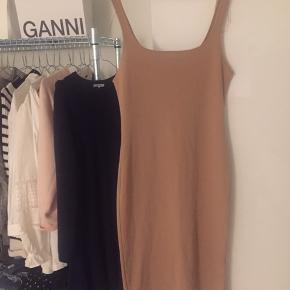 Flotteste kjole fra Zara. Sælges da den er købt for stor:( kjolen har en lille slids bagpå - skriv gerne for flere billeder:) Er åben for bud:)   Hofte- og brystmål ses på de to sidste billeder:)
