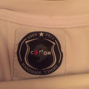 Super fed t-shirt.. kun vasket. Kan ikke finde ud af hvad mærke den er, men er købt hos Store51 i Kbh.