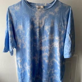 Blå tie-dye tshirt - var oprindeligt bare en hvid tshirt fra COS men jeg har selv tie dye 'et den
