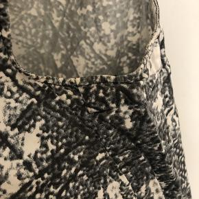 Gammel kjole fra Stine Goya. Oversize. Den er brugt godt, men ingen pletter. Dog er der lidt gulligt lige under armene og sælger derfor så billigt 😊