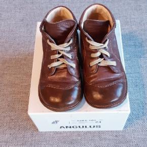 Næsten som nye Angulus sko med snørebånd. Har kun været brugt i en uges tid sidste efterår.  Kig endelig forbi mine andre annoncer.  Kan hentes på Amager eller sendes mod betaling