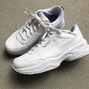 Næsten nye sneakers, brugt 2 gange, købt for små desværre. Super blød sål og gå på.