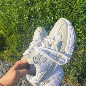 Sælger mine fine sko fra Adidas.