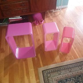 3 fine hylder i pink farver. Den største er 30x50 den mindste 15x33. Ca 20 cm Dybe. Skal hentes i Odense - sendes ikke.